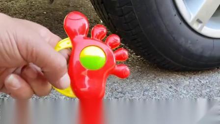 牛人把脚丫玩具放到车轮下,请勿轻易模仿,实在是太减压了