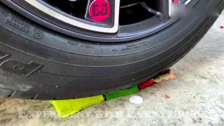 趣味实验:牛人驾驶小汽车碾压小玩具,看看轮子会怎么样
