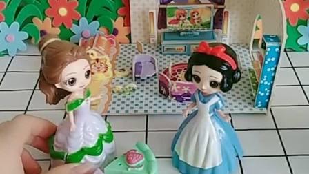 王后让白雪去做家务,贝儿给白雪分糖果吃,贝儿真好!