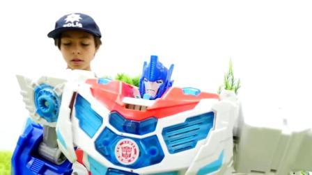 萌娃小可爱:小正太在玩两个机器人对战的游戏,谁能赢呢?