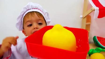 萌娃小可爱们的果汁店开业了,小家伙们可真会玩呢!—萌娃:纯手工鲜榨果汁,味道棒棒哒!