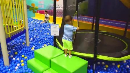 萌娃小可爱在游乐场里玩的好开心呀!小家伙真是萌萌哒!萌娃:这个地方真有趣!