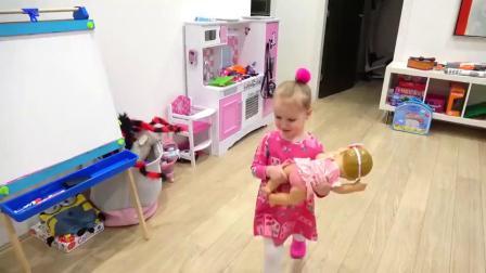 萌娃小可爱给玩具宝宝准备了美味的营养早餐和水果,两个小家伙真是萌萌哒!