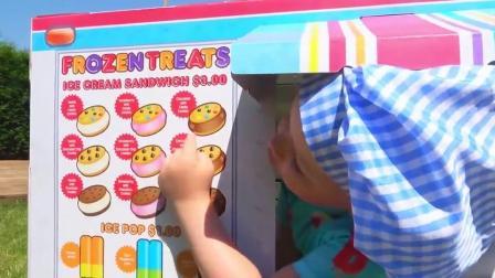 萌娃小可爱真是能干呢! 小小年纪就会卖冰淇淋了! —萌妹子 麻烦给我一个巧克力冰淇淋!