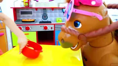 萌娃小可爱可真会玩呢!小马来家里做客了!萌娃:小马,快来吃蛋糕吧!
