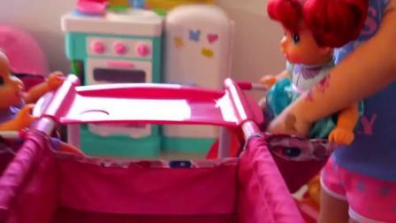 萌娃小可爱给玩具宝宝们准备了一张漂亮的小床,萌娃:小家伙们乖乖睡午觉了哟!