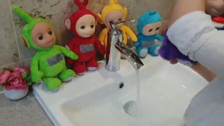萌娃小可爱的玩具宝宝们掉色了吗?水池里的水都变色了呢! 萌娃:才不是掉色呢!