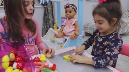 萌娃小可爱的玩具宝宝真是萌萌哒!萌娃:姐姐,我们给宝宝做水果沙拉吧!
