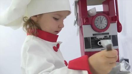 萌娃小可爱给玩具宝宝做营养早餐,小家伙的这套玩具厨房真是样样齐全呢!