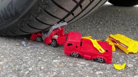 牛人把红色玩具车放在车轮下面,真过瘾,实在是太减压了!