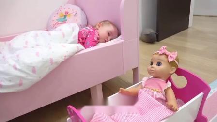 萌娃小可爱的玩具宝宝听到闹钟响了以后,赶紧叫小家伙起床,真是萌萌哒!