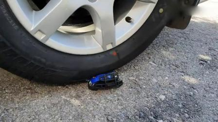 趣味实验:牛人使用小车子碾压蓝色小玩具,请勿模仿