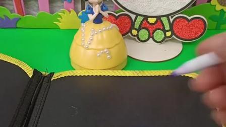 白雪过生日,妈妈买不起蛋糕,于是就画了一个蛋糕还是三层大蛋糕.mp4