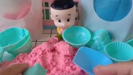 大头用沙子做了一个小公主,还给小公主做了一块蛋糕,大头真会玩!
