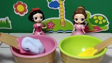 白雪和贝儿想吃冰淇淋了,是芒果和葡萄口味的,小朋友喜欢吃什么口味的冰淇淋呀?