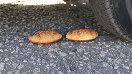 减压实验:牛人使用小汽车碾压手指饼干,请勿轻易模仿哦!