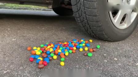 减压实验:牛人把可乐巧克力豆放到车底,真的好减压啊,挺过瘾的