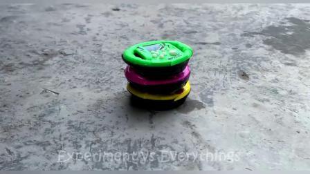 减压实验:牛人把玩具、饼干、紫薯放在车轮下,好减压,勿模仿