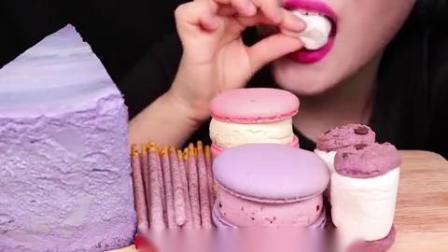 小可爱直播吃果冻、紫色马卡龙、巧克力棒、蛋糕,少女心满满