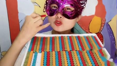 """萌吃货小姐姐吃""""手指饼干巧克力""""五彩根根美,香甜嘎嘣脆"""