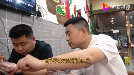 超小厨做东成都吃小龙虾,香辣蒜蓉十三香堆一桌,俩胖子贼能吃