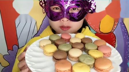 """妹子吃""""马卡龙糕点""""小巧可爱色彩靓丽,一口一个皮酥馅软超赞"""