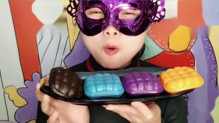 """妹子试吃""""格子枕头蛋糕巧克力""""创意造型香甜美味,吃得好满足"""