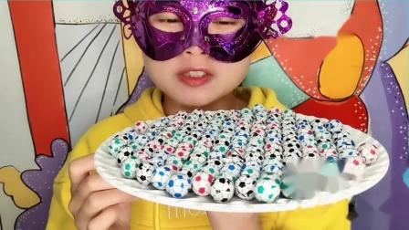 """妹妹吃""""小足球巧克力""""彩色小巧创意包装,一口香脆好惊喜"""