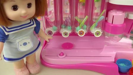 各种巧克力玩具彩色豆,倒进玩具里面做成饮料,玩具演绎过家家