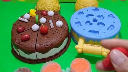 今天是王子哥哥的生日,白雪公主和贝儿公主在给他做蛋糕,王子都很喜欢