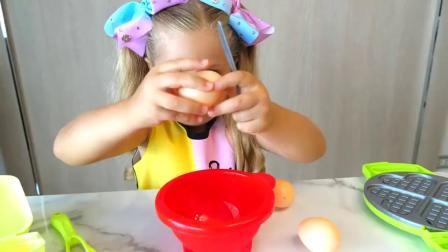 萌娃小可爱们玩过家家玩的可真是开心呀!两个小家伙真是萌萌哒!萌娃:华夫饼做好啦!