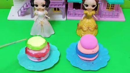 皇后让白雪和贝尔做巧克力蛋糕,谁做的好就奖励一个布娃娃!