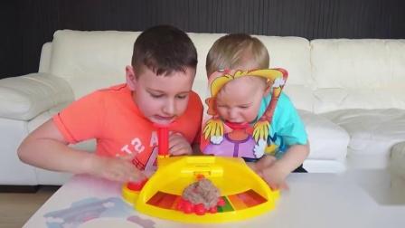 萌娃小可爱和哥哥们玩拼手速的游戏在妈妈的帮助下总算是赢下了一局真不容易呀