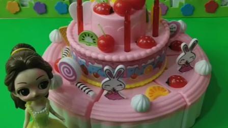 白雪要过生日了,贝尔给白雪准备了生日蛋糕,白雪好喜欢啊