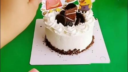 猪爸爸给乔治买了生日蛋糕,是很精致的巧克力蛋糕,乔治要和佩琪一起吃!