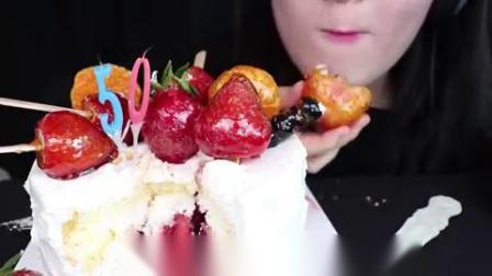 小可爱直播吃果冻、水果奶油蛋糕,蛋糕颜值真高