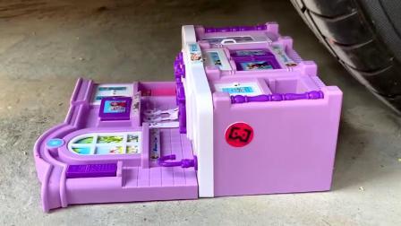 减压实验:牛人把玩具、饼干、瓶子放在车轮下,好减压,勿模仿