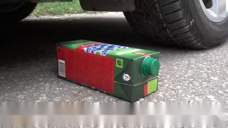 趣味实验:牛人驾驶小汽车碾压玩具小猪与果冻,请勿轻易模仿!