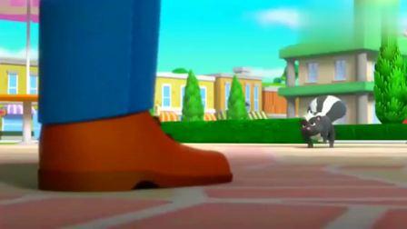 汪汪队立大功:波特先生看到了臭鼬,被吓到了,于是把披萨都扔了!