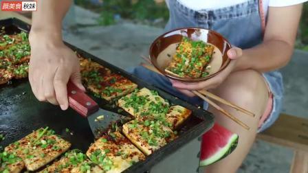 秋妹今天做铁板豆腐,四川很有名的一道小吃,麻辣鲜香一次吃过瘾(1)