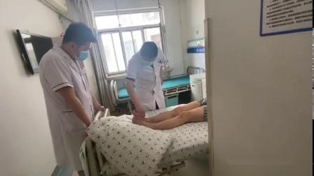 平房区中德骨科范文宪主任为脚踝扭伤患者做康复治疗