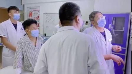 哈尔滨道里区骨科医院主任为膝关节患者家属讲解注意事项阅片