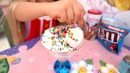 萌娃小可爱给爸爸做冰淇淋,小家伙真是爸爸的贴心小棉袄!—萌娃:爸爸,快来尝尝呀!