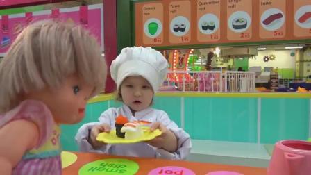 萌娃小可爱给玩偶宝宝做的寿司看上去可真美味呀!小家伙可真是会玩呢!