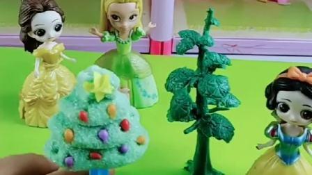 白雪贝儿比圣诞树,苏菲亚用彩虹糖给白雪装饰圣诞树,谁的最好看呀?