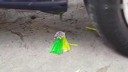 牛人用汽车碾压彩泥发泄球,请勿轻易模仿!好让人舒心