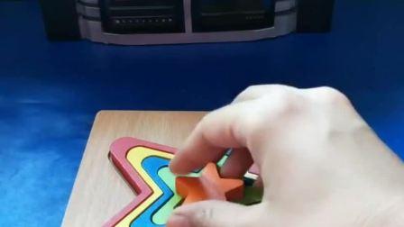 佩奇在拼五角星拼图,好漂亮的拼图呀,小朋友们可以帮忙吗