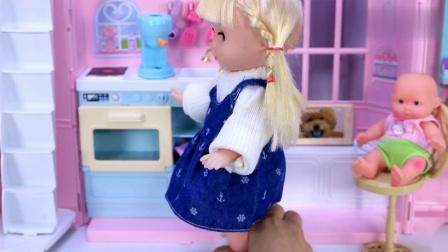 公主娃娃带小宝宝从公园散步回家,帮他打开电视煮咖啡做蛋糕