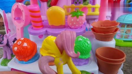 小马宝莉和朋友们来到紫悦老板的冰淇淋店买冰激凌和雪糕解渴