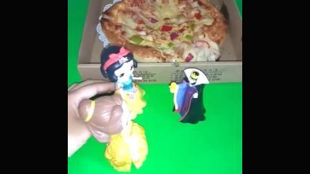 王后买了一个披萨,贝尔公主和白雪公主看见了,都很想吃